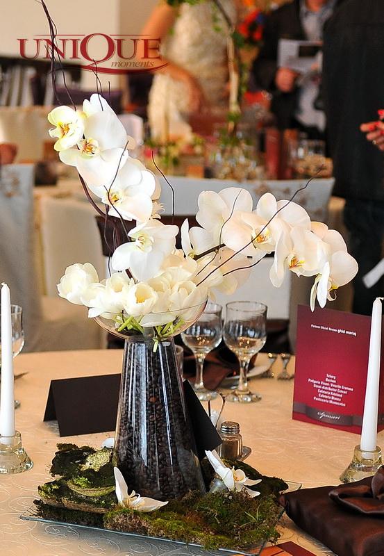 aranjament-floral-orhidee-phalaenopsis-lalele-albe-muschi-de-padure-si-cafea