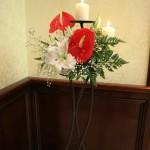 aranjament-floral-stalp-intrare-cu-lumanari