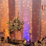 unique-moments-decor-masa-alb-argintiu-perdea-beculete-aranjamente-florale-trandafiri-crini-eustoma-lalele-cale