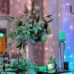 uniquemoments-decor-masa-prezidiu-alb-argintiu-fundal-perdele-de-lumini-aranjamente-florale-trandafiri-cale-crini-orhidee
