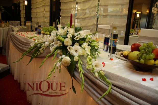 aranjament-floral-masa-prezidiu-trandafiri-orhidee-dendrobium-crini-gladiole-eustoma