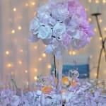 aranjament-masa-nunta-pe-alb-din-trandafiri-orhidee-dendrobium