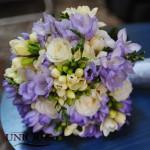 buchet-mireasa-trandafiri-albi-frezii-mov-lila