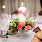 capitol-aranjamente-florale-mese-invitati-trandafiri-santini-orhidee-eustoma-lumanari-decorative-funda-saten