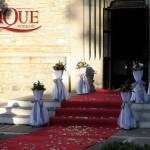 decor-biserica-covor-rosu-stalpi-intrare-cu-aranjamente-florale-trandafiri-rosii-crini