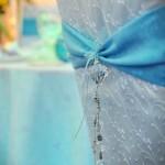 husa-scaun-alb-cu-albastru-turqoaise-accesoriu-cristal