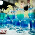 masa-rotunda-primire-nunta-bauturi-cocktailuri-albastre-turqoaise