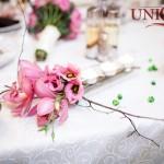 restaurant-capitol-masa-prezidiu-aranjament-floral-orhidee-eustoma-roz-pietricele-decorative-verzi-crengi