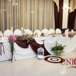 restaurant-capitol-masa-prezidiu-brocart-tafta-maro-aranjamente-florale-orhidee-trandafiri-santini-eustoma-lumanari-decorative
