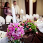 restaurant-capitol-masa-prezidiu-tafta-brocart-aranjamente-florale-orhidee-trandafiri-santini-lumanari-nunta-decorative