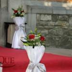 stalpi-cu-aranjamente-florale-covor-rosu-decor-biserica