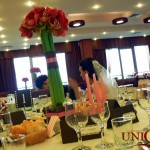 Decor mese invitati aranjament floral amaryllis roz Motel Bucium
