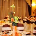 Decor nunta aranjament floral maro portocaliu orhidee verde crengi decorative Hotel Capitol