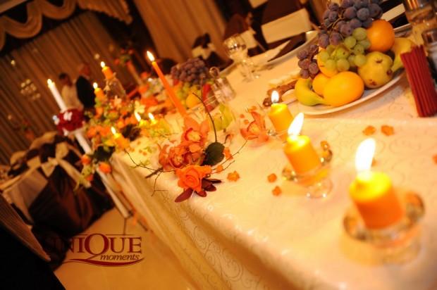 Decoratiuni masa miri aranjamente florale lumanari portocalii Unique Moments