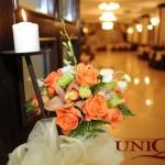Stalp intrare cu aranjament floral trandafiri portocalii orhidee verde dendrobium Capitol Iasi