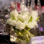 Cub sticla patrat cu aranjament lalele albe cristale crengute marturii nunta 2011 meniu invitati detalii roz Unique Moments