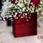 Decor masa invitati dantela alba lumanari aranjamente florale