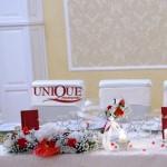 Decor masa prezidiu Casa Vanatorului aranjamente nunta din brocart crem cu flori rosii