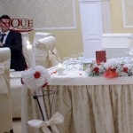 Lumanari nunta masa prezidiu hortensie alba anthurium rosu decor scaun brocart cu acesoriu rosu asortat Unique Moments