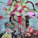Propunere aranjament floral decor nunti 2011 trandafiri albi, roz, cale, lalele, pene Unique Moments