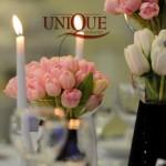 Aranjamente florale vaze imbracate in catifea navy lalele roz albe crengute decorative Astoria Unique Momens