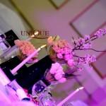 Decor nunta catifea albastra Astoria Iasi detalii din catifea tafta aranjamente florale mese invitati din lalele roz lalele albe
