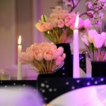 Detalii decor nunta Astoria carduri bani catifea lalele roz lumanari Unique Moments