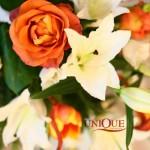 Lalele, trandafiri, crini aranjament masa invitati